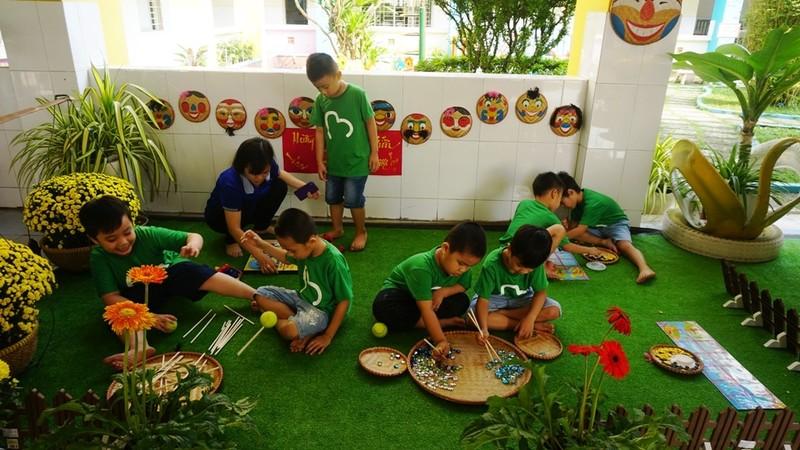 Trẻ xay gạo, nặn tò he, chơi bóng nước giữa sân trường - ảnh 12