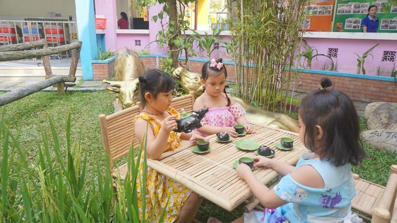 Trẻ xay gạo, nặn tò he, chơi bóng nước giữa sân trường - ảnh 13