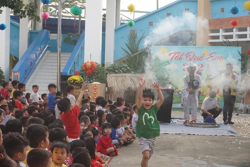 Trẻ xay gạo, nặn tò he, chơi bóng nước giữa sân trường - ảnh 1