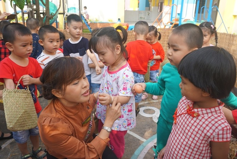 Trẻ xay gạo, nặn tò he, chơi bóng nước giữa sân trường - ảnh 4