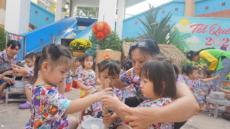 Trẻ xay gạo, nặn tò he, chơi bóng nước giữa sân trường - ảnh 5