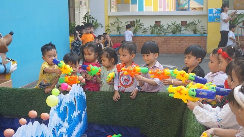 Trẻ xay gạo, nặn tò he, chơi bóng nước giữa sân trường - ảnh 8