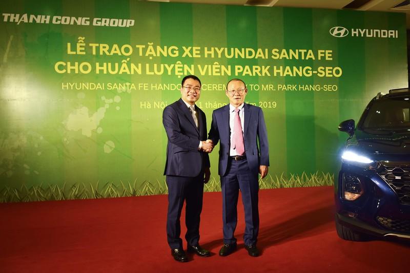 Tập đoàn Thành Công và Hyundai tặng xe SantaFe cho HLV Park - ảnh 2