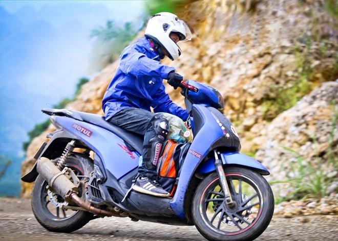 Làm gì để giữ an toàn khi đổ đèo bằng xe máy tay ga? - ảnh 1