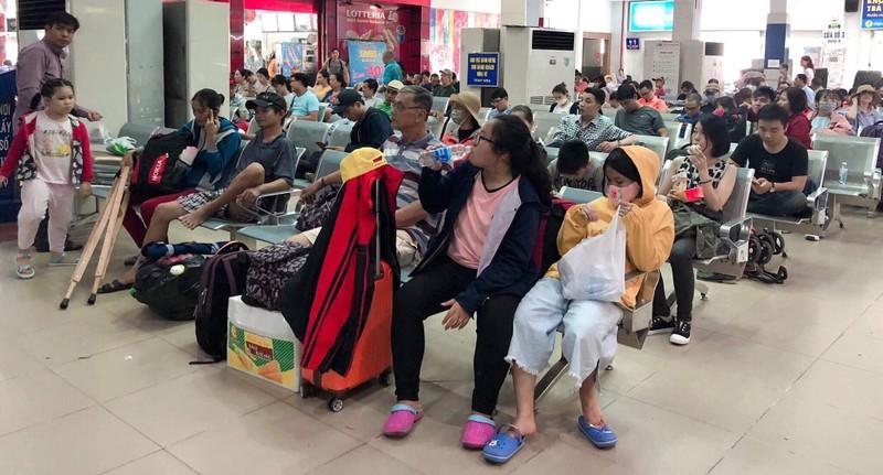 Sân bay và ga tàu đông kín trong ngày đầu nghỉ lễ - ảnh 1