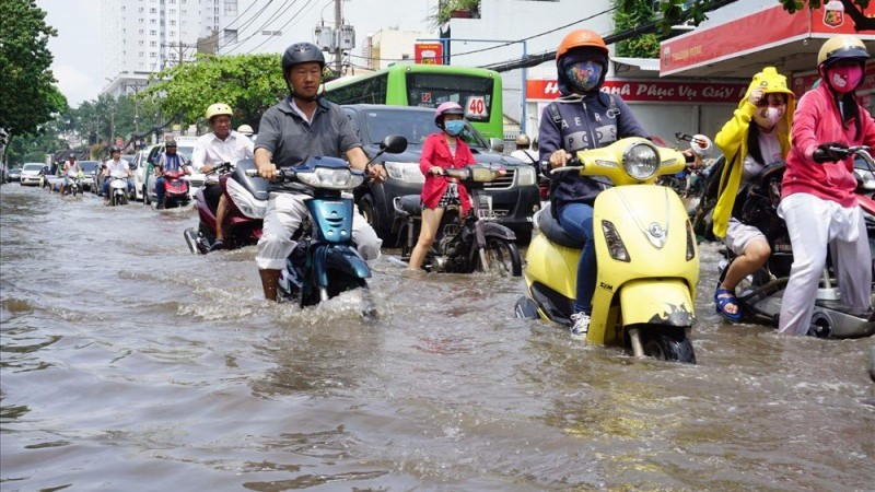 Cách đi lại bằng xe máy trong mùa mưa bão sao cho an toàn - ảnh 1