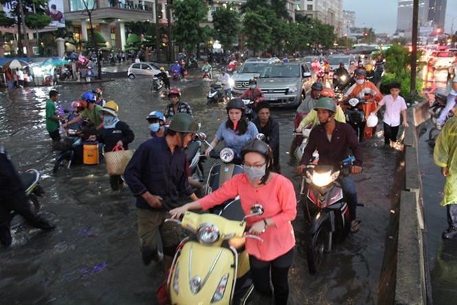 Cách đi lại bằng xe máy trong mùa mưa bão sao cho an toàn - ảnh 2