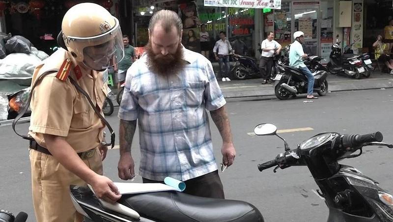 Người nước ngoài có bị xử phạt giao thông như công dân Việt? - ảnh 1