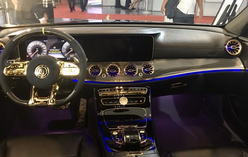 Choáng ngợp Mercedes-Benz E 300 AMG mạ vàng - ảnh 4