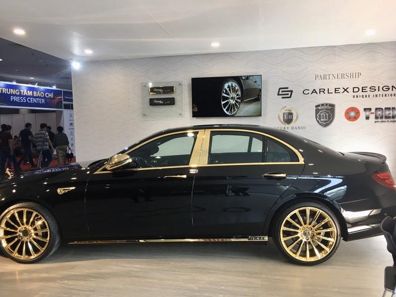 Choáng ngợp Mercedes-Benz E 300 AMG mạ vàng - ảnh 1