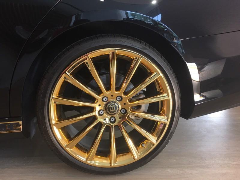 Choáng ngợp Mercedes-Benz E 300 AMG mạ vàng - ảnh 3
