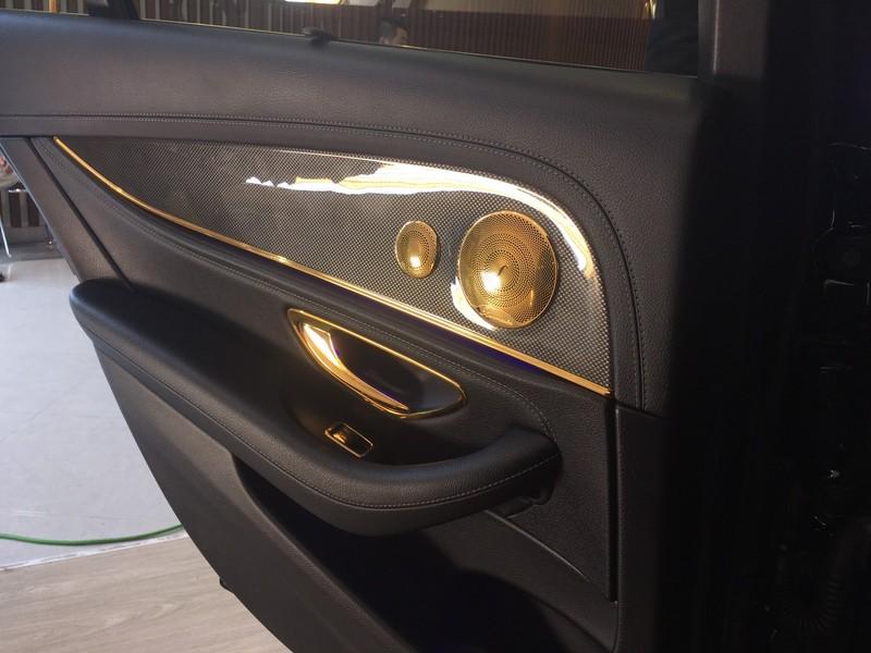 Choáng ngợp Mercedes-Benz E 300 AMG mạ vàng - ảnh 6