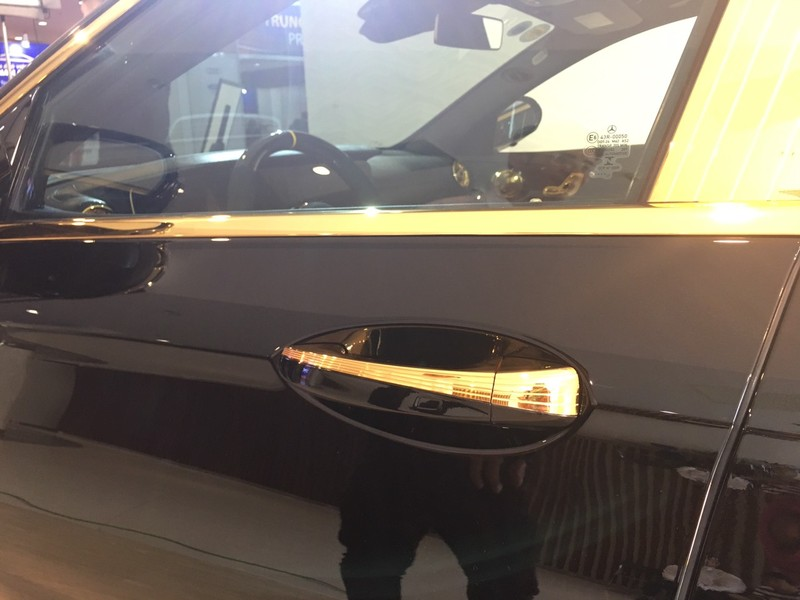 Choáng ngợp Mercedes-Benz E 300 AMG mạ vàng - ảnh 2
