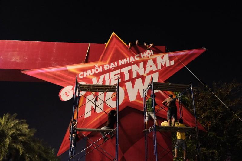 Sân khấu khủng tại đại nhạc hội chào đón giải đua F1 Việt Nam - ảnh 1