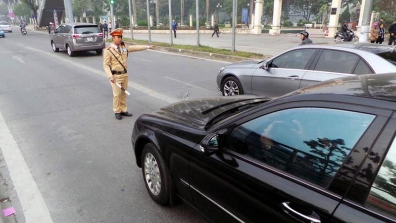 Không bật đèn xi nhan khi rẽ có thể bị tước Giấy phép lái xe đến 3 tháng.