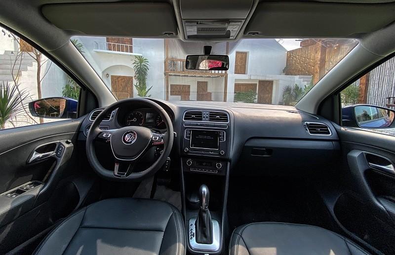 Nội thất xe sang trọng với bộ ghế da màu đen theo xe.