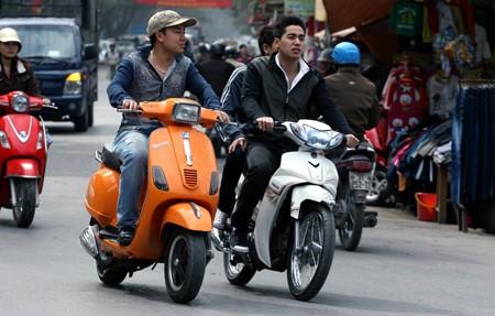 Xe máy không được trang bị gương bị phạt tiền từ 100-200 ngàn đồng.
