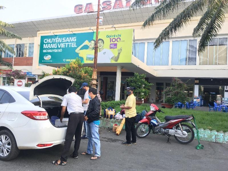 Xe công nghệ chở hành khách đến Ga Sài Gòn.