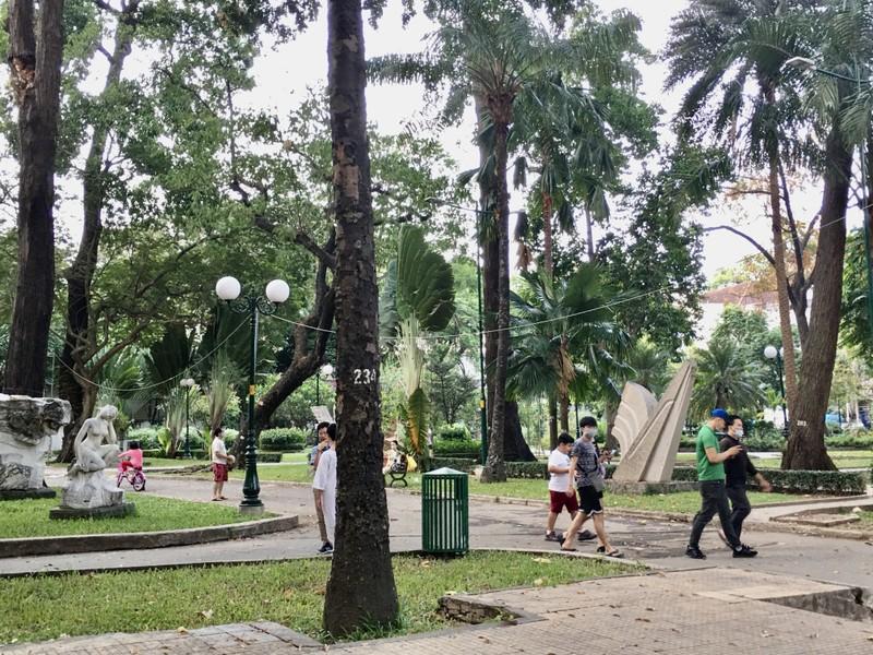 TP.HCM: Nhiều tuyến đường, công viên tụ tập đông người  - ảnh 5