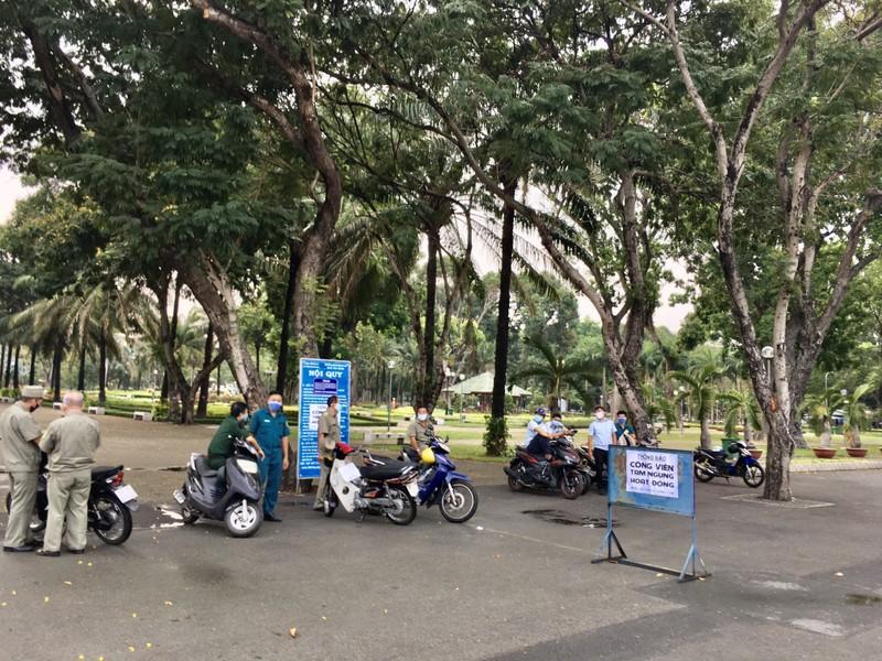 TP.HCM: Nhiều tuyến đường, công viên tụ tập đông người  - ảnh 9