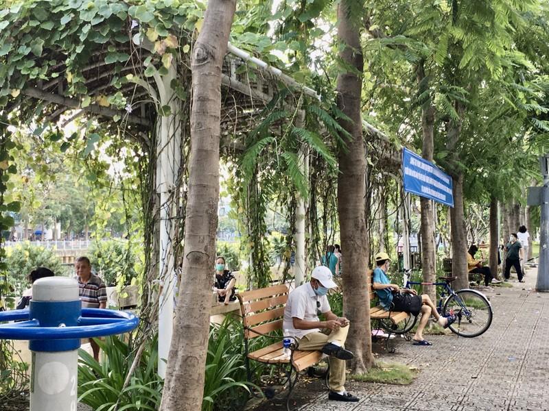 TP.HCM: Nhiều tuyến đường, công viên tụ tập đông người  - ảnh 4
