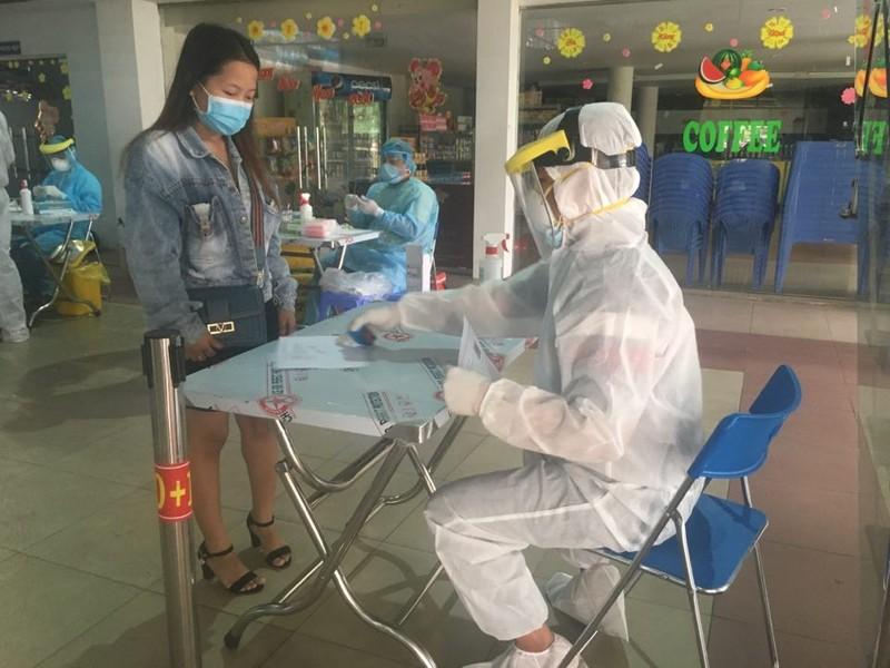 Mỗi nhân viên y tế sẽ lấy mẫu xét nghiệm cho hành khách xuống tàu.
