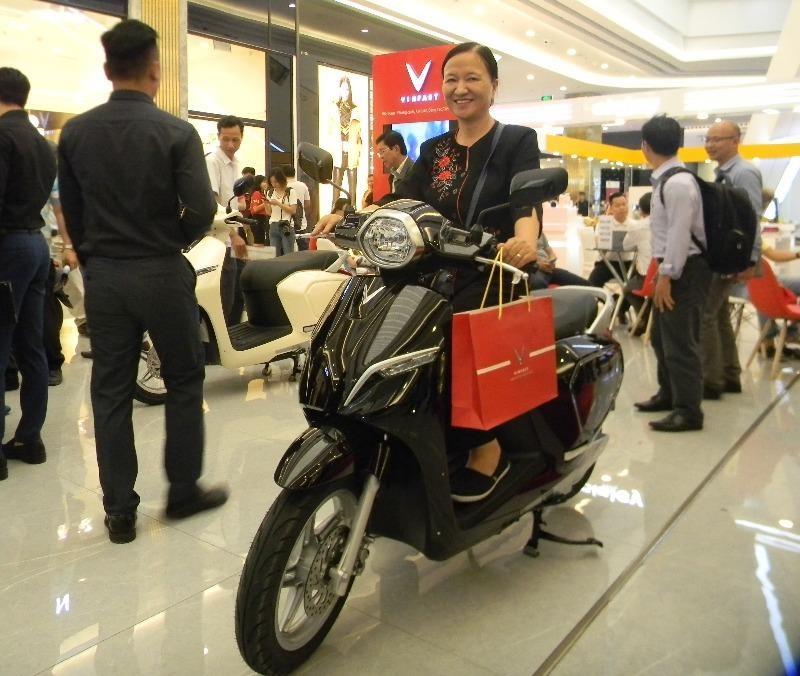 Các mẫu xe máy điện như VinFast cũng được người dùng lựa chọn nhiều hơn xe máy xăng.