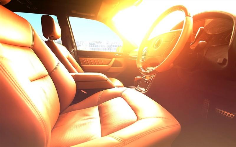 Nội thất ô tô bị ảnh hưởng khi tiếp xúc trực tiếp với ánh nắng mặt trời.