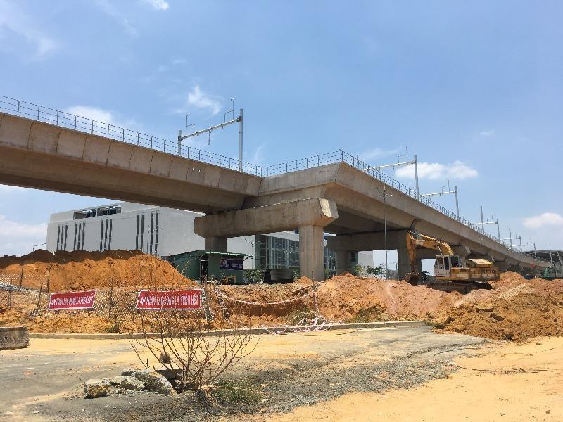 Trước cổng chính, công trình xây dựng cầu vượt, hầm chui đang được thực hiện.