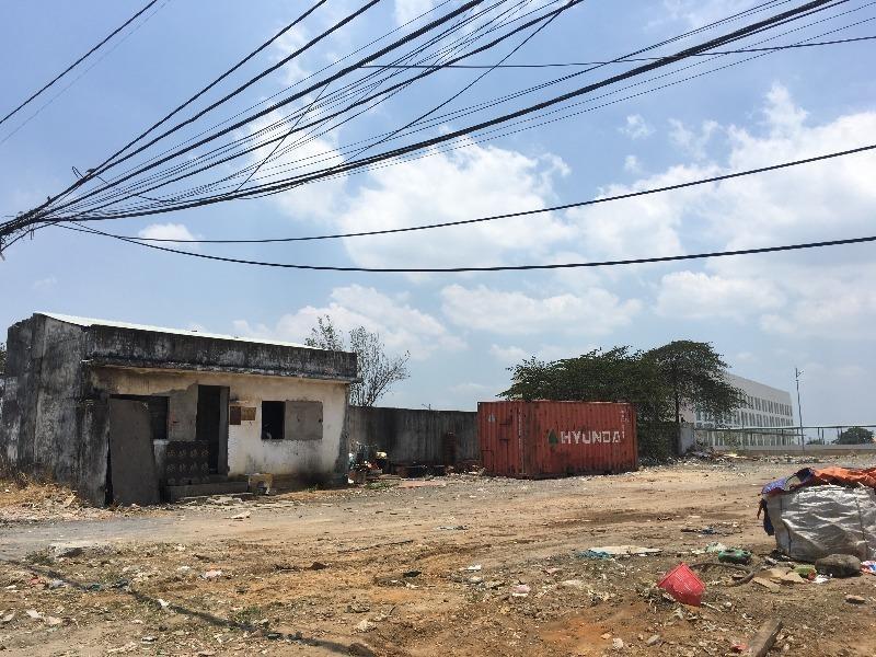 Một ngôi nhà không có người dân sinh sống vẫn hiện hữu phía sau bến xe.