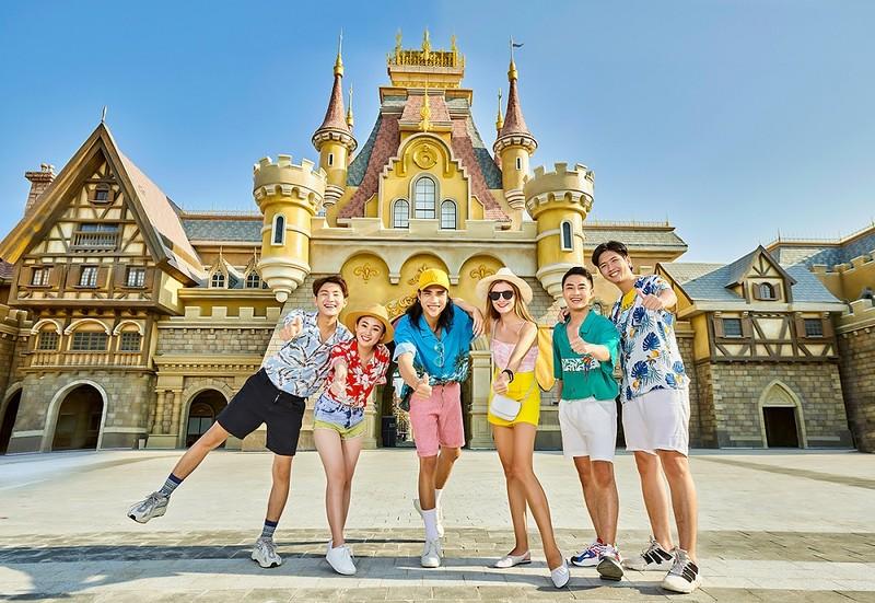 Các dịch vụ của hai doanh nghiệp hàng đầu trong lĩnh vực hàng không và nghỉ dưỡng tại Việt Nam.