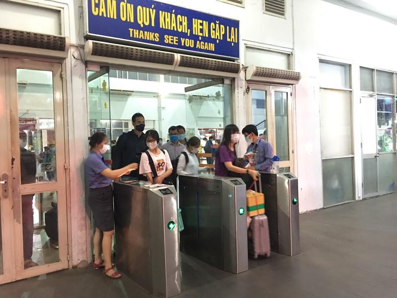 Hành khách lên tàu theo thứ tự, không chen lấn.