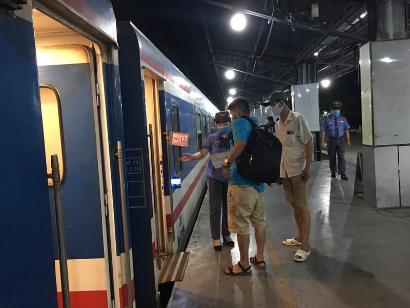 Các nhân viên hướng dẫn hành khách số toa, số ghế.