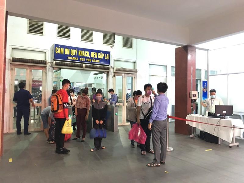 Hành khách đến và đi từ ga Sài Gòn đều được đo thân nhiệt.