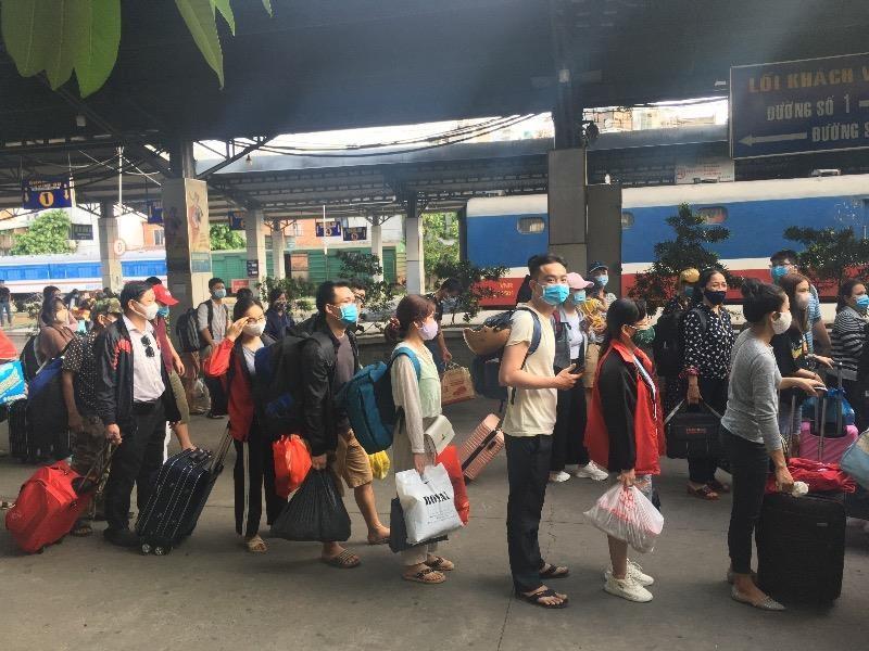 Ga Sài Gòn nhộn nhịp đón người dân sau kỳ nghỉ lễ  - ảnh 2