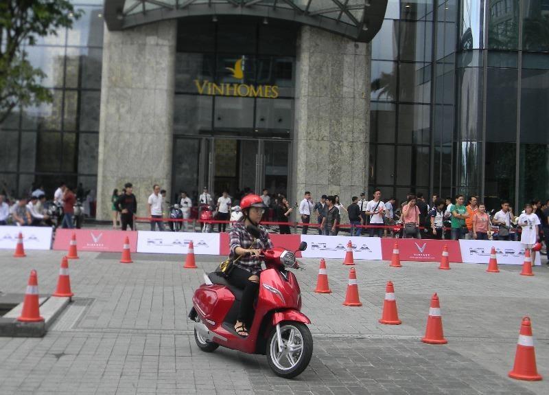 Nhiều lứa tuổi sở hữu chiếc xe máy điện VinFast.