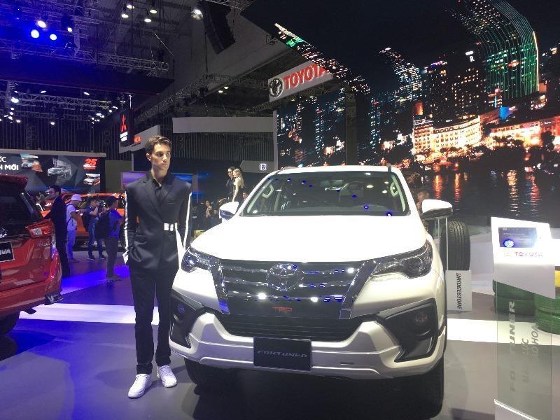 Hyundai SantaFe bất ngờ vượt mặt Toyota Fortuner.