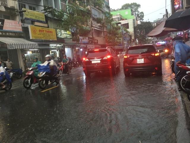Người dân TP.HCM bì bõm trong nước giờ tan tầm - ảnh 1