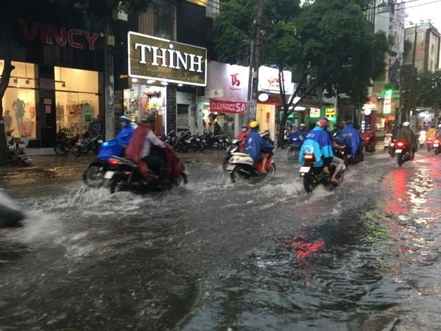 Người dân TP.HCM bì bõm trong nước giờ tan tầm - ảnh 3