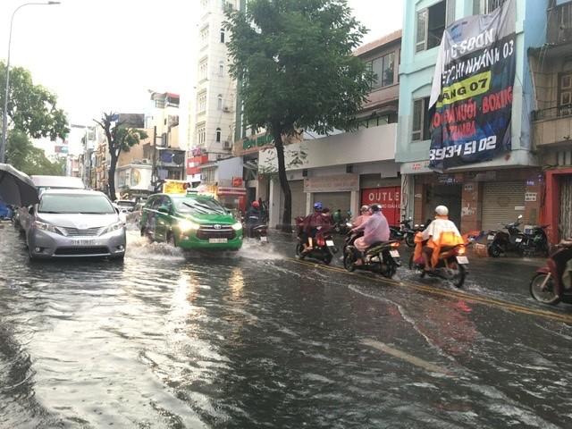 Người dân TP.HCM bì bõm trong nước giờ tan tầm - ảnh 5