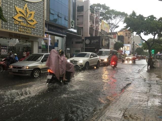 Người dân TP.HCM bì bõm trong nước giờ tan tầm - ảnh 6