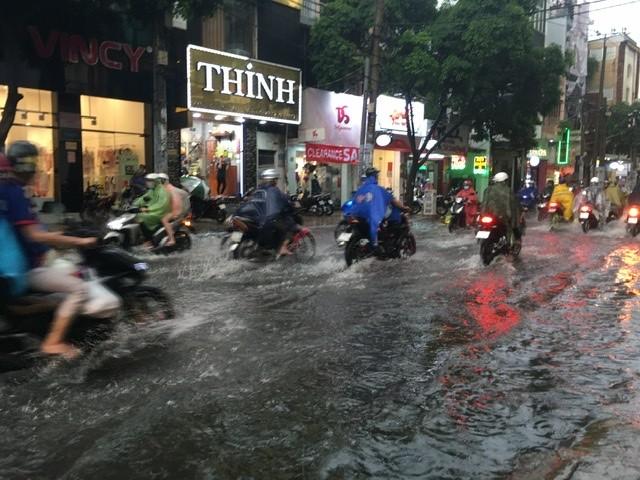 Người dân TP.HCM bì bõm trong nước giờ tan tầm - ảnh 8