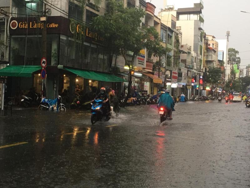 Người dân TP.HCM bì bõm trong nước giờ tan tầm - ảnh 9