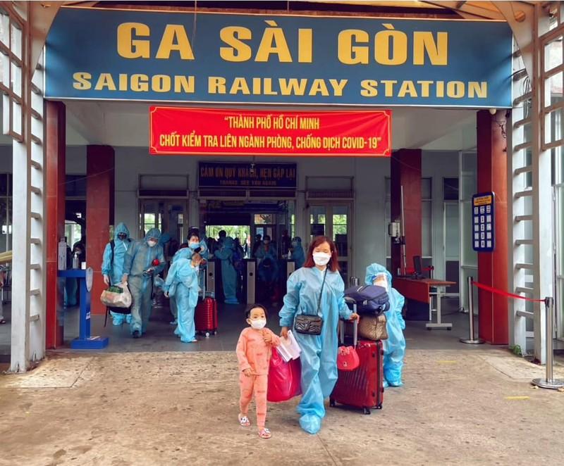 Chùm ảnh: Người dân Quảng Trị lên tàu hỏa về quê từ TP.HCM - ảnh 1