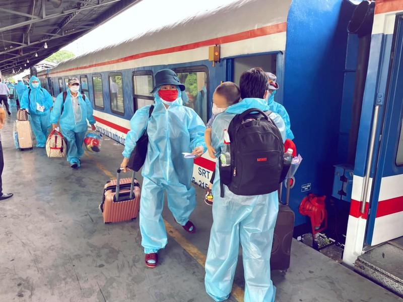 Chùm ảnh: Người dân Quảng Trị lên tàu hỏa về quê từ TP.HCM - ảnh 4