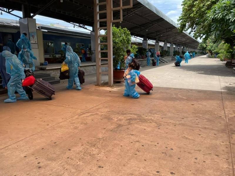 Chùm ảnh: Chuyến tàu tình nghĩa thứ 2 đưa người dân Quảng Trị về quê - ảnh 6