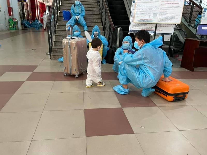 Chùm ảnh: Chuyến tàu tình nghĩa thứ 2 đưa người dân Quảng Trị về quê - ảnh 8