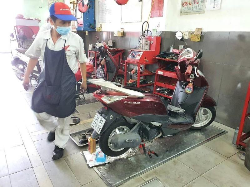 Người dân TP.HCM cứu bình ắc quy xe máy trước khi được nới lỏng giãn cách - ảnh 1