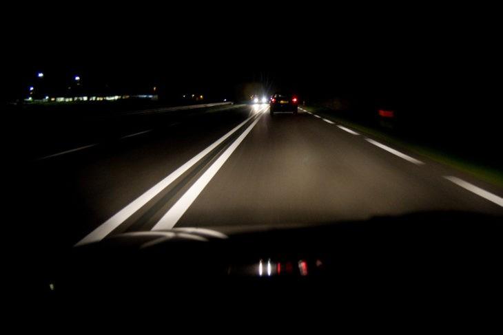 Những kinh nghiệm lái xe an toàn vào ban đêm - ảnh 2