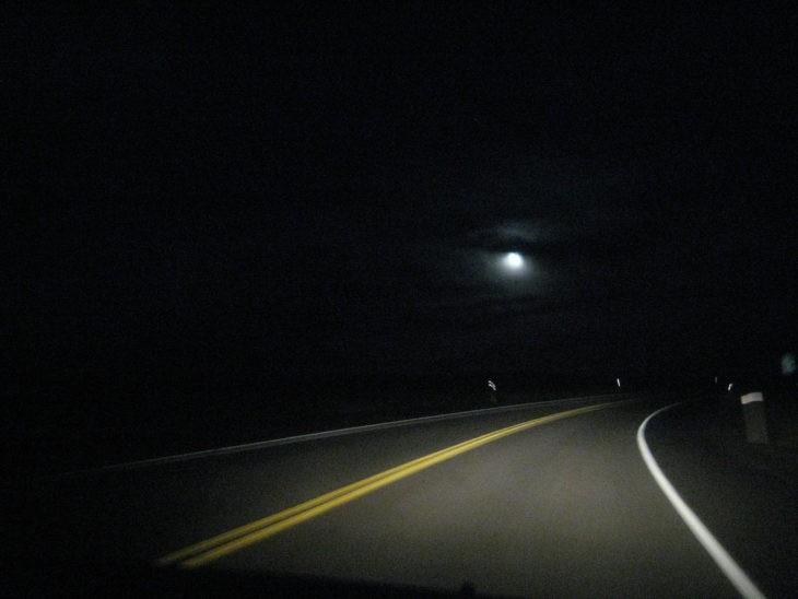 Những kinh nghiệm lái xe an toàn vào ban đêm - ảnh 1